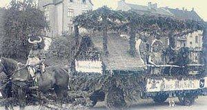 """Vogelsang war erstmals 1939 im Kirmeszug vertreten: """"Germanische Sauhatz am Haus Rocholz"""" - hier bei der Aufstellung auf dem Marktplatz"""