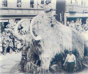 1956 versetzten sich die Ächterbieckschen in die Steinzeit. Vorsitzender Adolf Schlieper thronte auf einem Riesen-Mammut.
