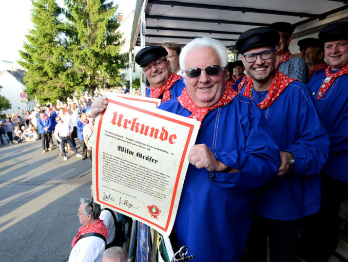 Neuer Dorfschulze Sascha Hilger ernennt Blaukittelträger beim traditionellen Anblasen